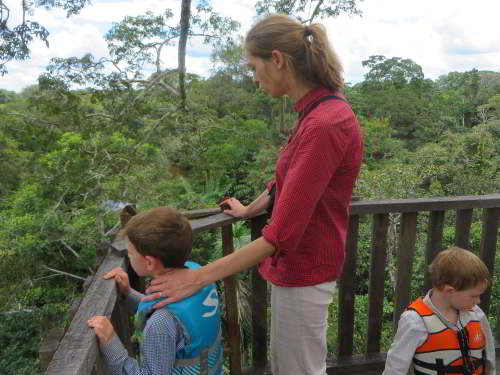 OERWOUD ZUID AMERIKA [ECUADOR]: Children learning about the rainforest.