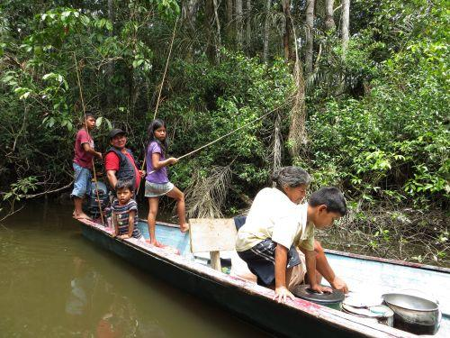 DIEREN VAN JUNGLE IN ZUID AMERIKA: Indians fishing the Amazon in Ecuador.