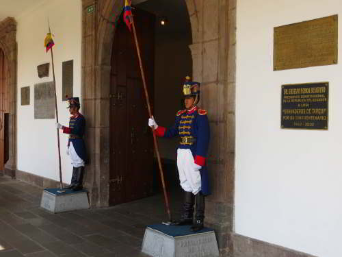 BEZIENSWAARDIGHEDEN QUITO: Guard, Presidential Palace, Quito, Capital Ecuador