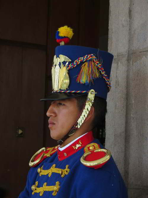 BEZIENSWAARDIGHEDEN QUITO: Guard, Presidential Palace