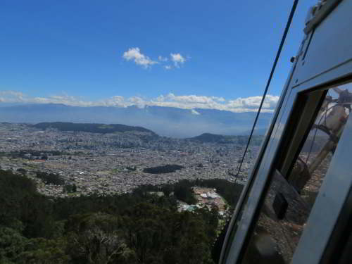 BEZIENSWAARDIGHEDEN QUITO: View of Quito from the Pichincha Cable Cart