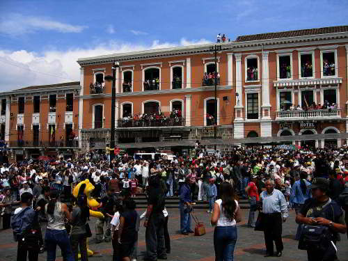 BEZIENSWAARDIGHEDEN QUITO: Plaza Santo Domingo, Quito, on a public holiday